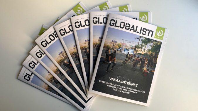 Globalistin numero 1/2021. Useita lehtiä levitettynä pöydälle.