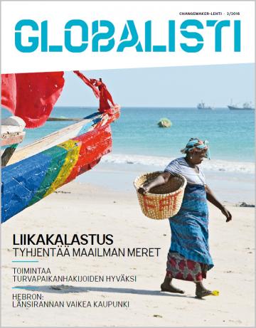 Globalisti 2/2016 kansi: Senegalilainen nainen rannalla korin kanssa
