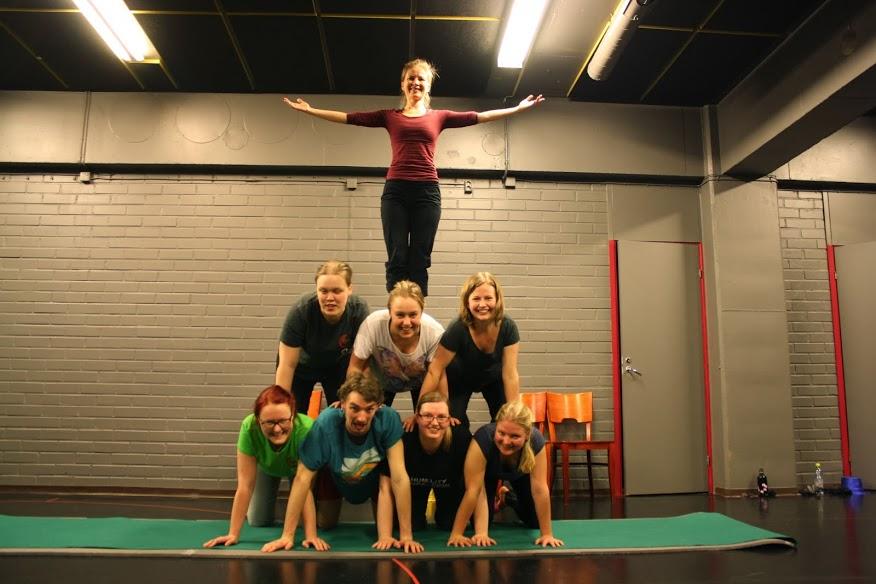 Globalistin toimituskunta juhlisti lehden numeron 1/2014 ilmestymistä sirkustyöpajassa. Illan päätteeksi tehtiin pyramidi.