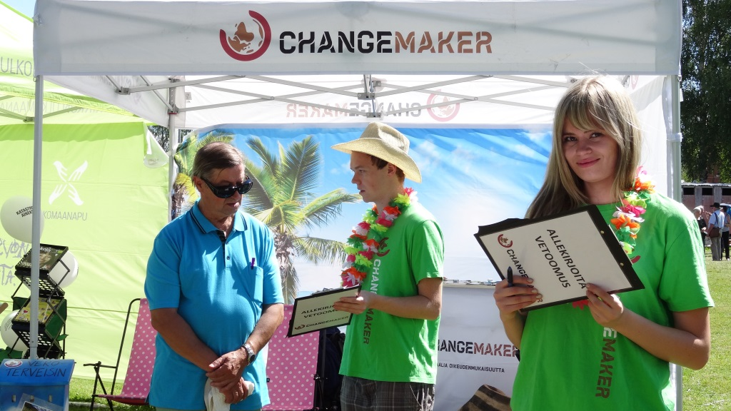 Changemakerin vapaaehtoiset kampanjoivat iloisina.