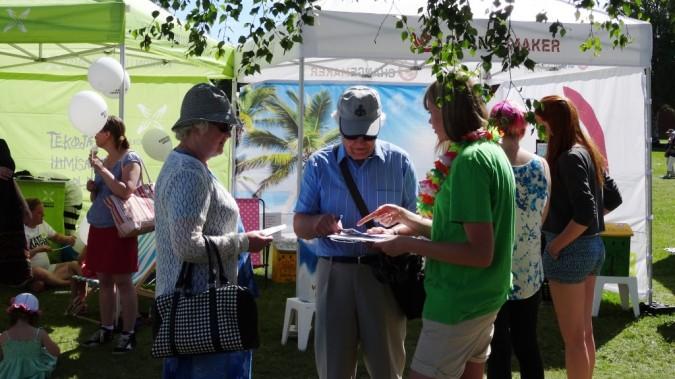 Vapaaehtoinen keräämässä allekirjoituksia kampanjavetoomukseen
