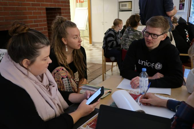 Vapaaehtoisia pöydän ympärillä suunnittelemassa kampanjaa