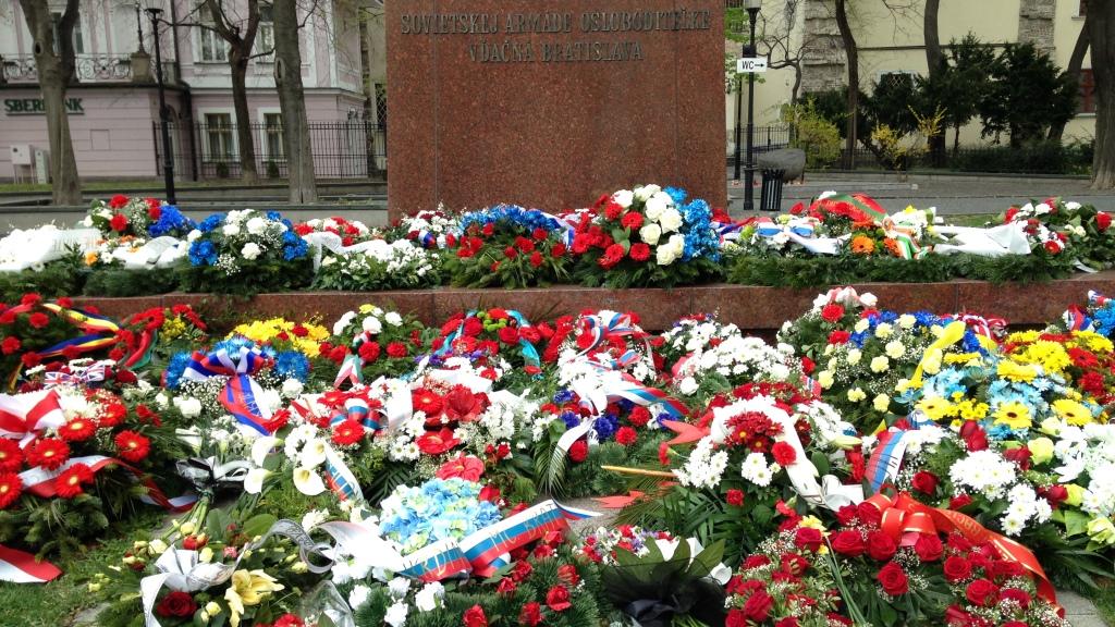 Kukkameri muistomerkin edessä