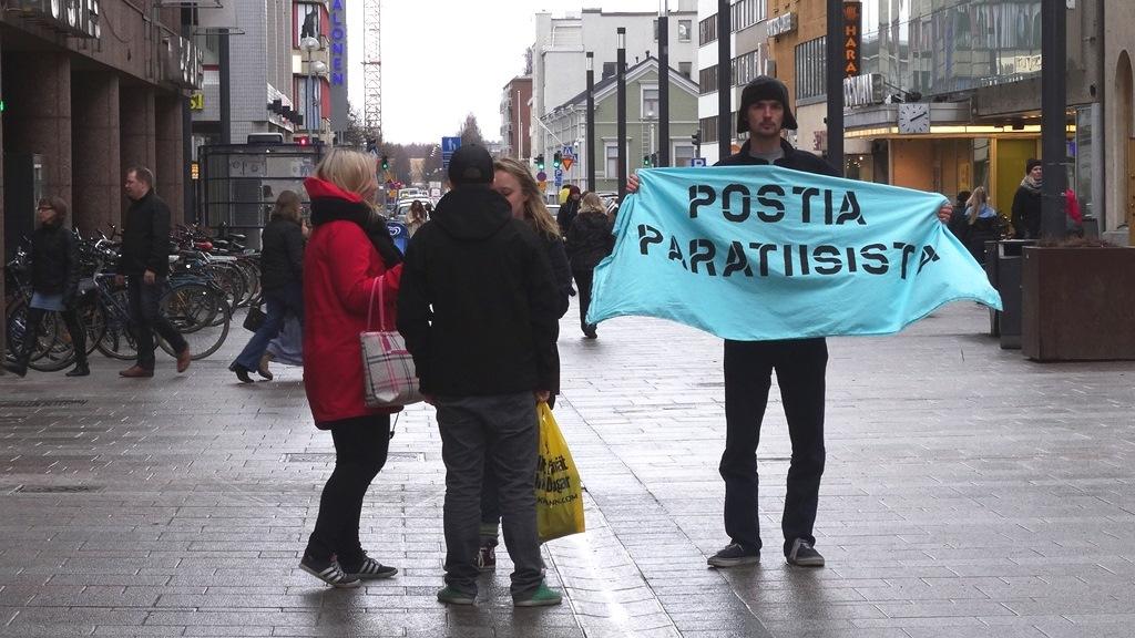 Postia paratiisista! Postikortteja kerättiin Oulun Rotuaarialla 13.4.2014.