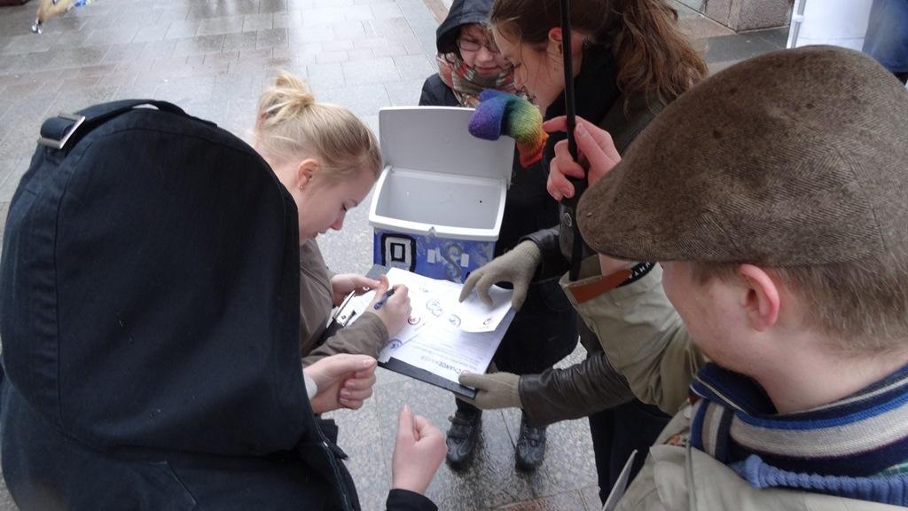 Postilaatikoiden luukuista tipahti päivän aikana yhteensä 145 korttia.
