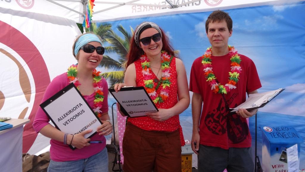 Vapaaehtoiset kampanjoivat Maailma kylässä -festivaalilla.