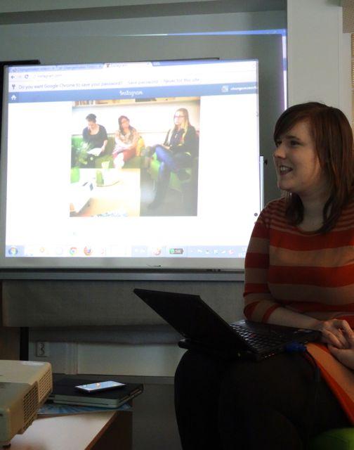Puheenjohtaja Elina Tyynelä esittelee Changemakerin Twitter ja Instagram -tilit.