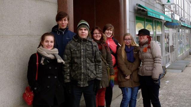 Paikallisryhmäpäivän osallistujat ryhmäkuvassa lounaspaikan edessä.