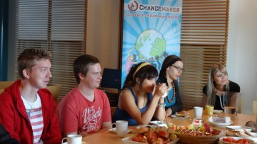 Aamukahvilla Changemakerin paikallisryhmäpäivässä.
