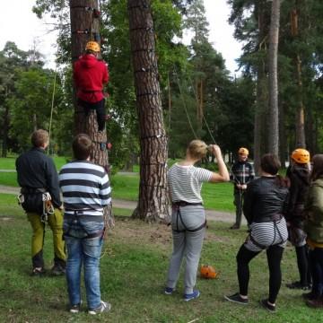 Paikallisryhmäpäivä päättyi ohjattuun puukiipeilyyn.