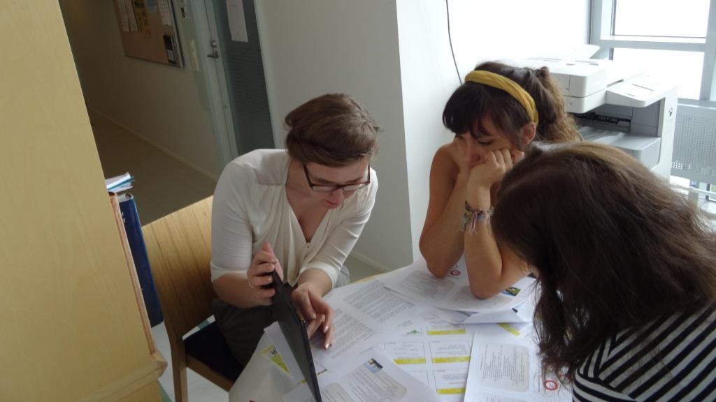 Pienryhmä suunnittelee kouluvierailua paikallisryhmäpäivässä.