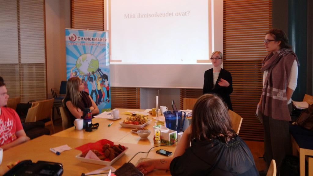 Changemaker-harjoittelija Laura vetää ihmisoikeuskoulutusta paikallisryhmäpäivässä.