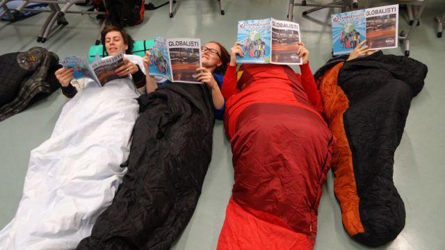 Osa paikallisryhmäpäivän osallistujista majoittui koululla. Illalla luettiin tuoretta Globalisti-lehteä.
