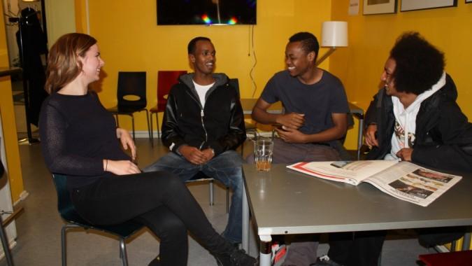 Sarina, Ahmed, Lincoln ja Amar Harjun nuorisotalon kahvilassa