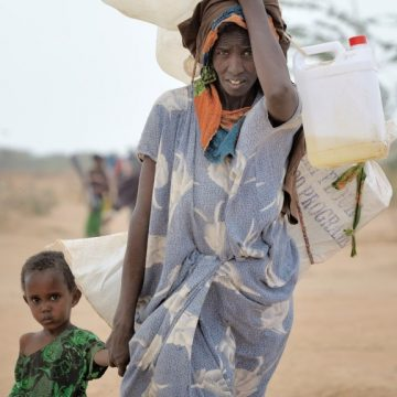 Somalipakolaisnainen tyttönsä kanssa liittymässä Dadaabin pakolaisleiriin