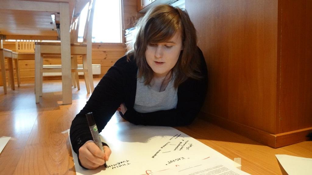 Elina Tyynelä työskentelee tiimin strategiaviikonlopussa 21.-23.2.
