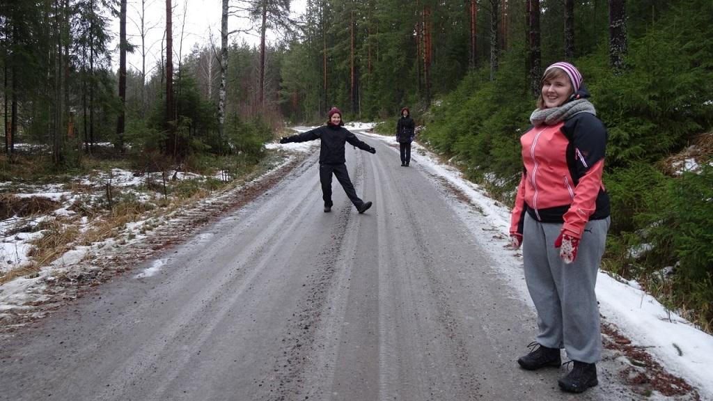 Elina, Riikka ja Laura kävelylenkillä tiimin strategiaviikonlopussa.
