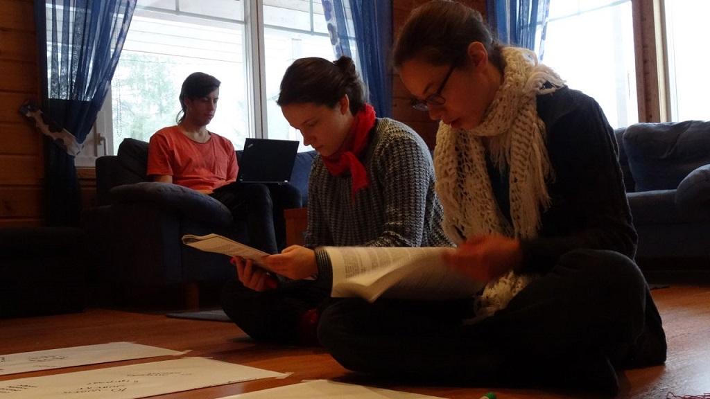 Laura ja Riikka työskentelevät Changemakerin toimintasuunnitelman parissa.