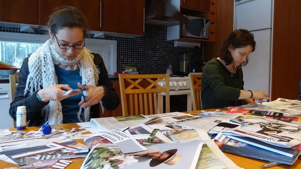Riikka ja Laura tekevät omista tavoitteistaan aarrekarttaa leikkaamalla mielenkiintoisia kuvia ja tekstejä lehdistä.