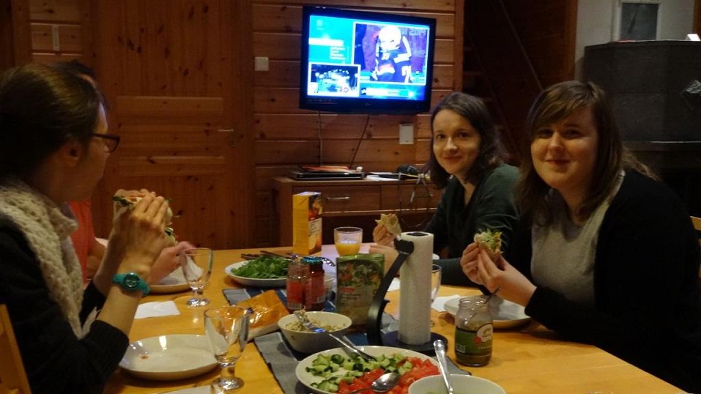 Viikonlopun aikana myös syötiin ja katsottiin jääkiekon olympiakisoja.