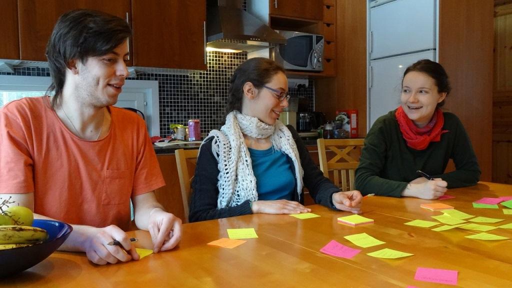 Pertti, Laura ja Riikka suunnittelevat Changemakerin synttäreitä.