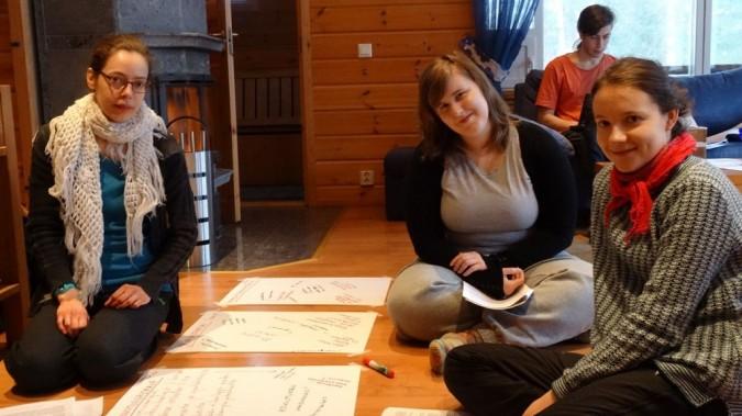 Laura, Riikka ja Elina tiimin strategiaviikonlopussa. Taustalla työskentelee koordinaattori-Pertti.