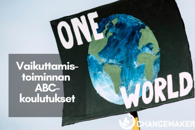 Tekstilaatikossa Vaikuttamistoiminnan ABC-koulutukset. Taustalla kyltti, jossa on maapallon kuva ja lukee One World. Alakulmassa Changemakerin logo.