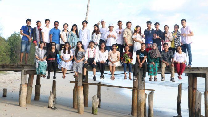 Ryhmäkuva Kambodzhan Changemakerin vapaaehtoisista laiturilla