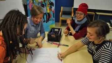 Innostunutta ryhmätyöskentelyä Changemaker-viikonlopussa.