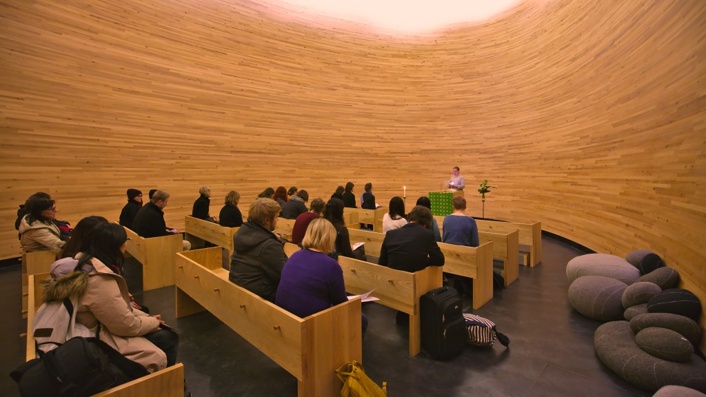 Tempauksen jälkeen kokoonnuttiin kiitoshartauteen Kampin kappeliin.