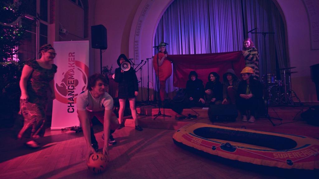 Juhlassa nähtiin vapaaehtoisten suunnittelema spektaakkelimainen Kampanja kautta aikojen -musikaali.