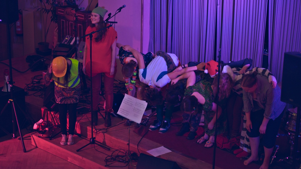 Esityksen jälkeen musikaaliryhmä hurrattiin takaisin lavalle.