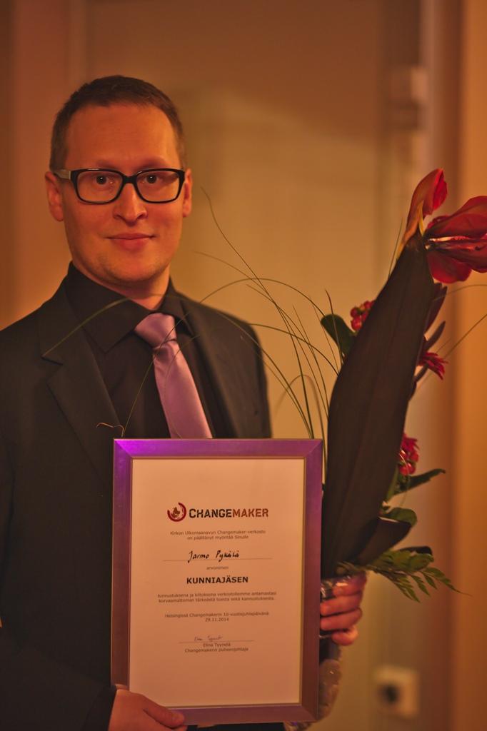 Verkoston pitkäaikainen tukija Jarmo Pykälä sekä ensimmäinen työntekijä Minna Mannert palkittiin Changemakerin kunniajäsenyydellä.