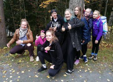 Nuorisojoukko metsässä