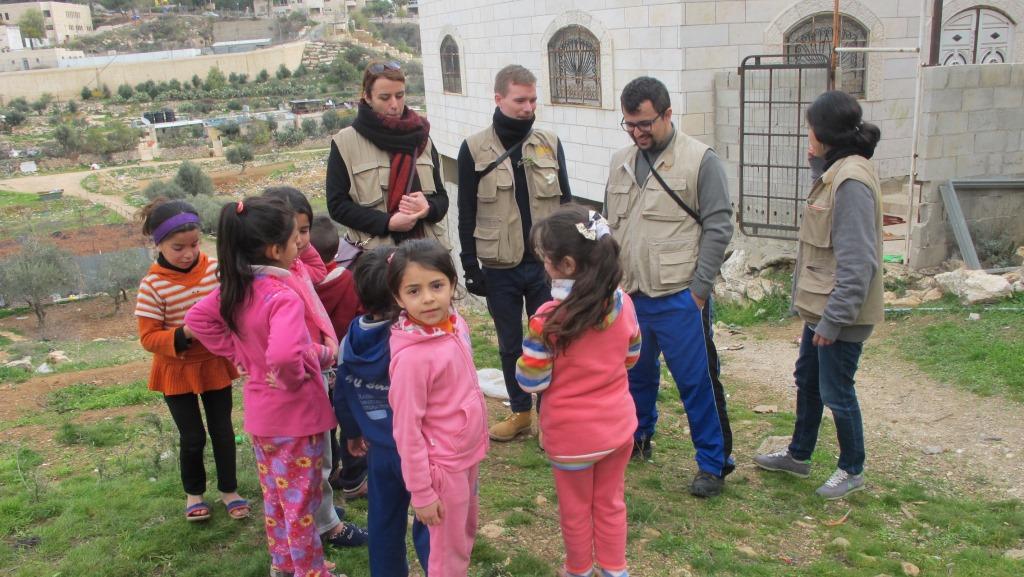 EAPPI-tiimi palestiinalaislasten kanssa