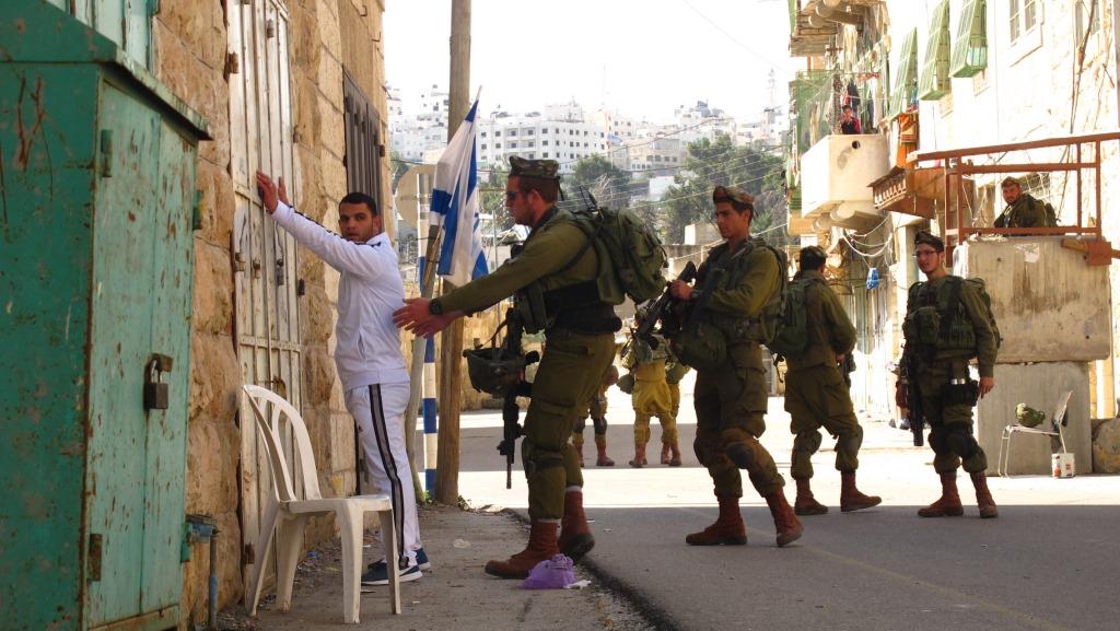 Israelilaiset tekevät ruumiintarkastusta moskeijaan menevälle palestiinalaismiehelle