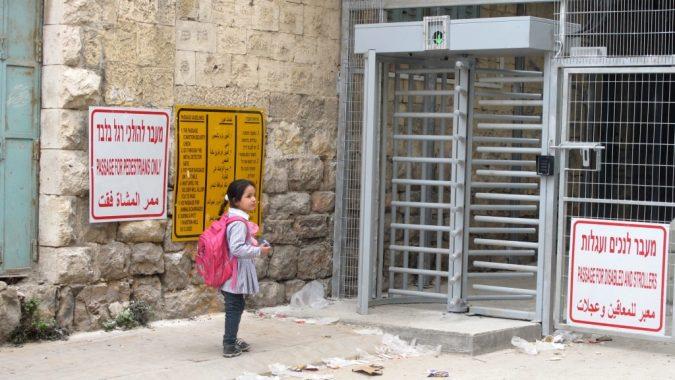 Koulutyttö tarkastuspisteellä Palestiinassa