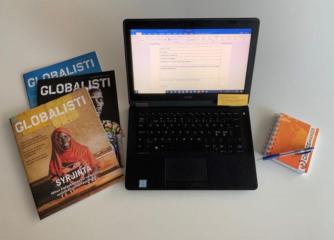 Globalisti-lehdet, tietokone ja muistikirja