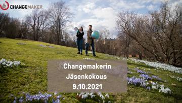Kaksi Changemakerin vapaaehtoista puistossa. Yhdellä on kädessä megafoni, toisella maapallo. Kuvan päällä teksti, jossa lukee Changemakerin jäsenkokous 9.10.2021