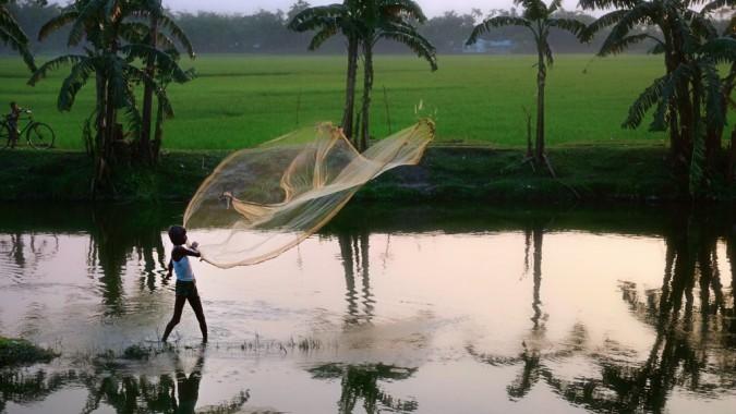 Lapsi kalastamassa verkolla. Lopetetaan liikakalastus!