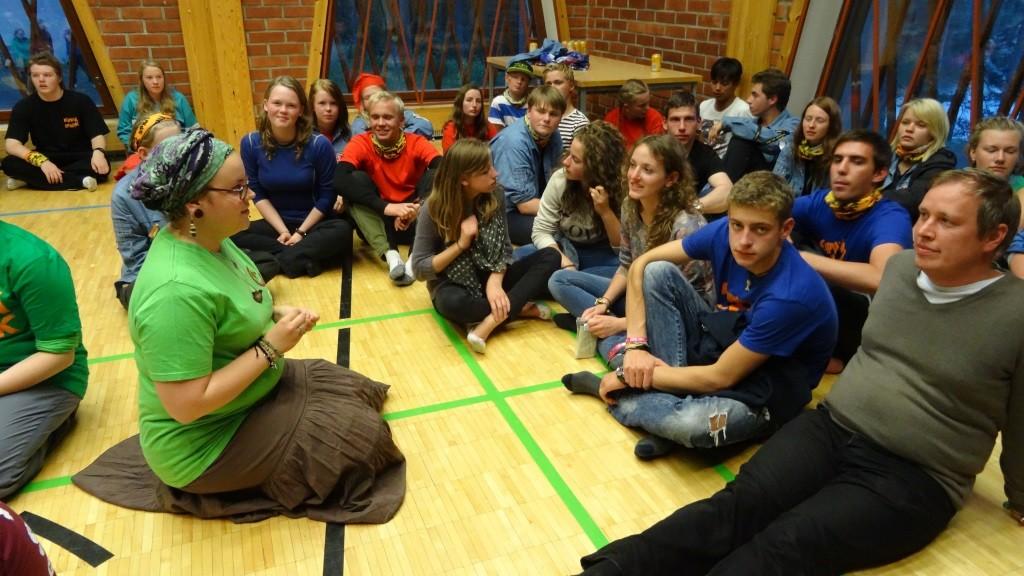 Kipinä-leirin isosten illoissa oli mukana iso joukko ulkomaalaisia isosia, jotka pääsivät osallistumaan ohjelmaan englanniksi.
