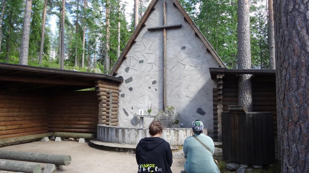 Changemakerin vapaaehtoiset ehtivät Kipinä-leirillä nauttia myös Partaharjun Ristikiven kirkon kauneudesta.