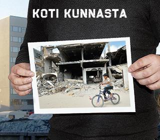 Koti kunnasta -banneri: kädet pitelevät kuvaa tuhoutuneesta talosta
