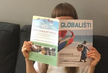 Globalisti-lehteä lukeva henkilö