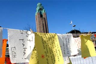 Lupauskampanjan leirissä vierailleet kirjottivat vetoomuksia kehitysavun puolesta