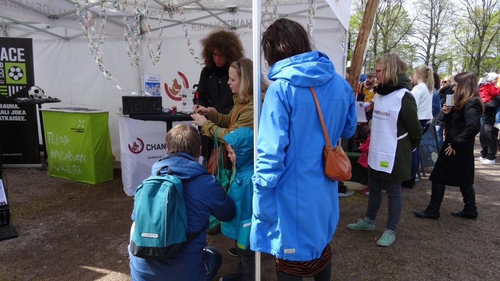 Rauhanketju kiinnosti monenikäisiä osallistujia Maailma kylässä-festivaalilla.