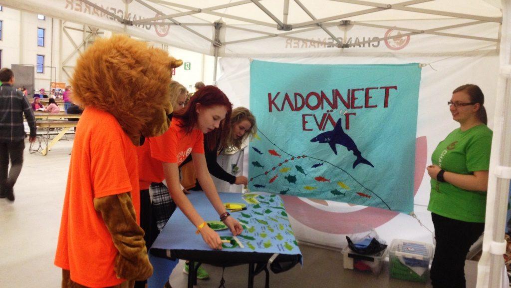 Yhden hinnalla -tapahtuman leijonakin tuli kiinnostuneena Changemakerin teltalle. Maata näkyvissä -festivaalit Turussa.