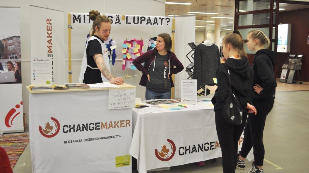Vapaaehtoiset myös kertoivat Changemakerista kiinnostuneille.
