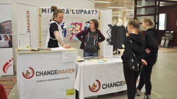 Vapaaehtoisia kertomassa Changemakerin toiminnasta kiinnostuneille.