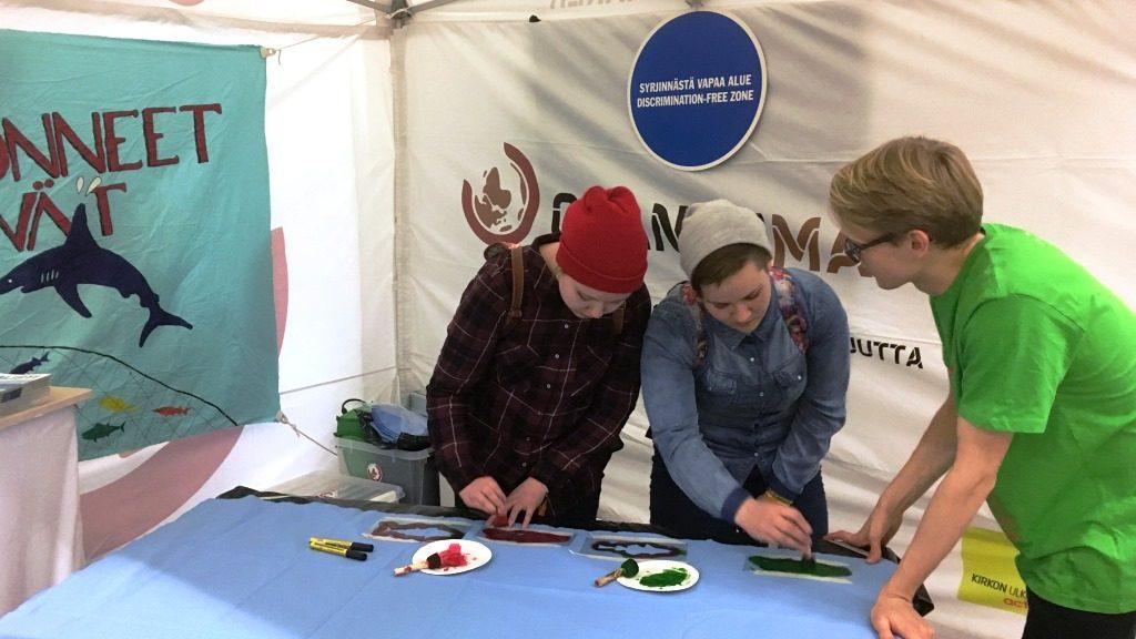 Changemakerin Lauri kertomassa kampanjasta Maata näkyvissä -festivaaleilla.